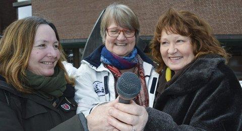 Byr på åpen mikrofon: Anne Kristin Agledal (f.v.), styremedlem i Fagforbundet, Anne-Bjørg Granberg, kvinnepolitisk kontakt i Ap og Hilde Hansen, nestleder i SV.