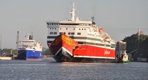 BISTAND: Her ser man slepebåten «Boa Sund» assistere MS «Oslofjord» da den la til kai i Sandefjord.