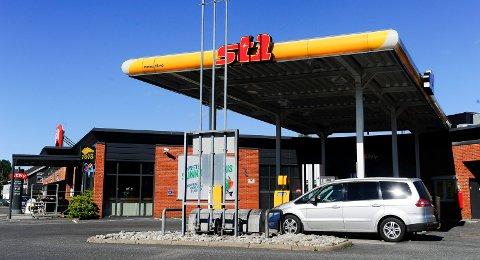 God takhøyde: St1 bensinstasjonen ved Haslesenteret selger billig bensin og har svaler i taket.