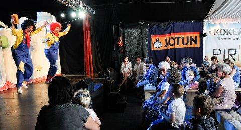 GOD STEMNING: Teltet var ikke fullt på premieren, men stemningen var god - og litt skummel.