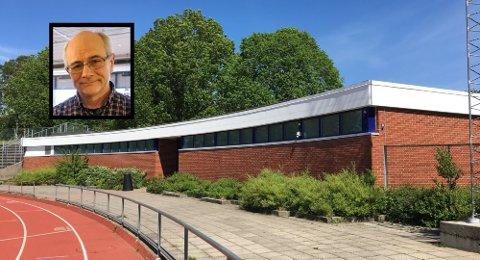 TESTSTASJON: Her, i garderobeanlegget ved Storstadion i Bugården, er kommunens teststasjon for koronavirus. Selv om koronasituasjonen for Sandefjords del nå er svært bra, er kommuneoverlege Ole Henrik Augestad (innfelt) svært klar over at det fort kan snu.