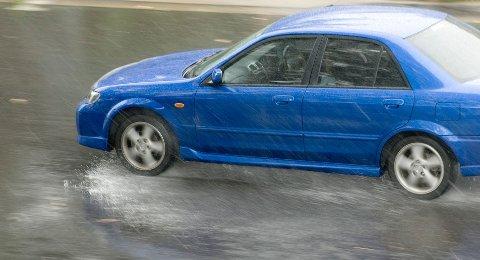 Piggfrie vinterdekk har mye dårligere veigrep enn sommerdekk på våt veibane.