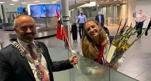 Bare smil da Camilla Herrem ankom Sola. Ordfører Tom Henning Slethei og varaordfører Siv-Len Strandskog var på plass med flagg og blomster.