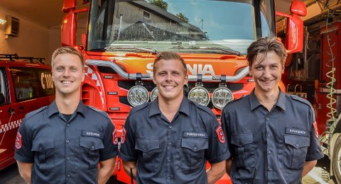 SOMMERVIKARER: Sindre Solbekk (t.v.), Petter Howatson og Ole Martin Øygarden har vært sommervikarer på brannvakta. Sander Julseth fra Stavanger er den fjerde vikaren, men han var ikke til stede da KV var innom brannstasjonen.