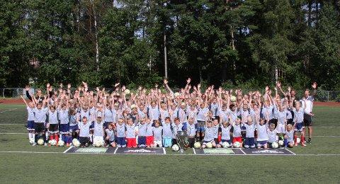 110 BARN: En stor og ivrig gjeng deltok på den 10. coerversommerskolen i Nesskogen Idrettspark.