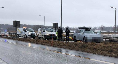KRASJET: En bil braste inn i bommen foran den stengte Frodeåstunnelen.