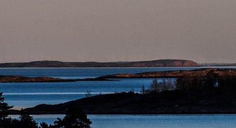 INGEN LUFTSPEILING: De over 20 vindmøllene på Tormoserödfjället sørøst for Strømstad er lett synlige fra Hårkollen. Bildet er tatt fra terrassen hos Erik Arnesen.