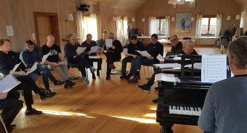 Dirigent Svein Tore Ringøen sammen med deler av Tønsbergs Sangforening