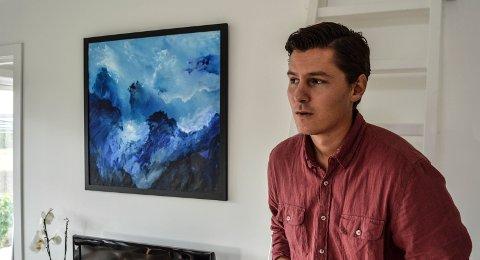 SØNNEN: – Far var så kul, jeg var stolt av ham, sier Erlend Ansgar Øhra Mathisen, her foran ett av bildene på veggen hos stemor Hilde Fredriksen i Melsomvik.