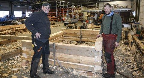 Laftekurs: Kursholder Hans Petter Musum instruerer Tor Granerud i eldgammel byggeteknikk. I løpet av den uka kurset varte, ble det satt opp to små hytter. Foto: Marianne Drivdal
