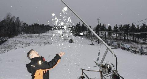 Optimist: I romjula var det litt hvitt i bakken på Vegårshei. Men Aud Vegerstøl og kollegene hennes trenger kaldere vær for å produsere mer snø. Nå strammer de inn pengebruken mens de venter på skikkelig vintervær. Foto: Øystein Darbo