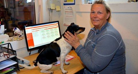 Nye tider: Med breiband vil det bli nye tider i robotfjøset på Tvenge, både for gardbrukar Lene Sofie Janitzog gardshunden Petra.