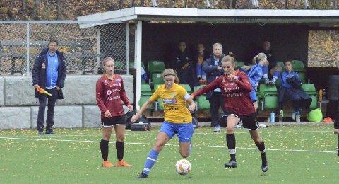 Scoret: Anita Strand (t.h.) satte inn det første målet søndag. Her med Anette Bergene til venstre og benken til Storhamar bak.