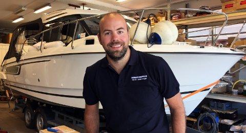 BESTSELGEREN: - Denne bobåten på 25 fot, Jeanneau 795, selger vi absolutt mest av. En familiebåt som koster mellom 500.000 og 800.000 kroner, avhengig av utstyr, sier daglig leder Pål Herholdt.