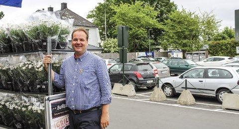 SER LYSERE PÅ DAGENE: Parkeringsplassen til Anders Knutsen på Rema 1000 på Teie fylles nå opp bare av biler som skal til hans butikk igjen. Dermed ser sommeren bedre ut. Foto: NIna Therese Blix