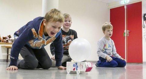 Luftdreven Melk: Aksel Dvergsdal (9) har blåst opp ballongen til bristepunktet for å vinne melkebil-racet mot konkurrentene Emil Andersen Braaten (4. klasse) og Igor Smiski (1. klasse). Alle foto: Tora Lind Berg