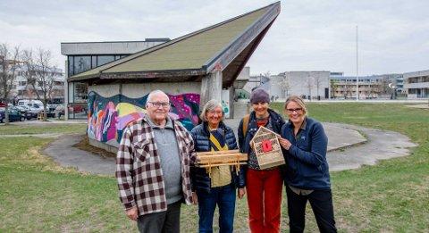 """MØTEPLASSER: Lasse Hjermundrud, Tone Molland, Sinne Winsnes og Grethe Johnsen har både modell av benker og insektshotell som skal bygges i """"Lionslunden"""" ved paviljongen."""
