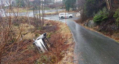 Denne bilen glei av vegen på Fløksand i Meland. Det skal ha gått bra med den eldre bilføraren.