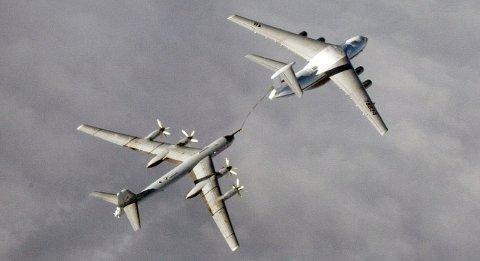 Tanker: Bildet viser et strategisk bombefly, Tupolev-95, med NATO-betegnelsen BEAR-H som tanker drivstoff av et Iljusjin-78 i internasjonalt luftrom.