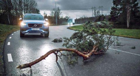 Hazard Light Alert kaller Volvo systemet. Når en Volvo slår på nødblinken, blir informasjonen sendt videre opp i skyen.