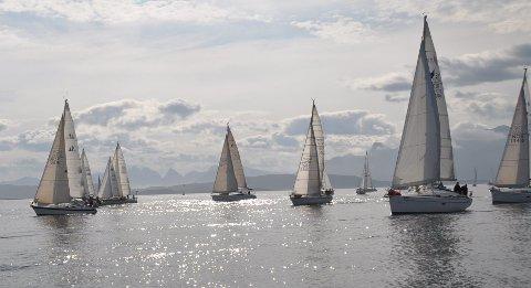 Blankstille: Under Vestfjordseilasen i 2013 lå Vestfjorden nesten speilblank og stille. Foto: Bodø Seilforening