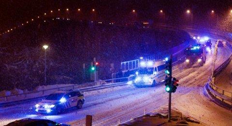 En lang rekke utrykningskjøretøy kjørte over Tromsøbrua i kveld. Foto: Ola Solvang