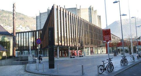 Arrangementssjef Rolf Skogstrand synes det er greit med kjønnsskille i Grieghallen, så lenge sikkerhetsforskriftene er fulgt. Erling Gjelsvik reagerer sterkt.