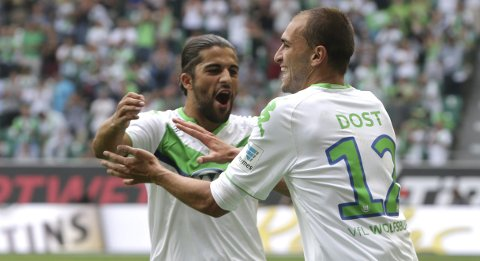VfL Wolfsburg's Bas Dost celebrates with Ricardo Rodriguez (L) after scoring a goal against Eintracht Frankfurt during their German Bundesliga first division soccer match in Wolfsburg, August 16, 2015.  REUTERS/Fabian Bimmer  DFL RULES TO LIMIT THE ONLINE USAGE DURING MATCH TIME TO 15 PICTURES PER GAME. IMAGE SEQUENCES TO SIMULATE VIDEO IS NOT ALLOWED AT ANY TIME. FOR FURTHER QUERIES PLEASE CONTACT DFL DIRECTLY AT + 49 69 650050.