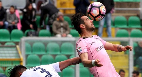 Palermo's Ilija Nestorovski, right, heads the ball as in action with Cagliari's Mauricio Isla during the Serie A soccer match between Palermo and Cagliari at the Renzo Barbera stadium in Palermo, Italy, Sunday April 2, 2017. (Corrado Lannino/ANSA via AP)