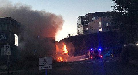 Det var mye røyk i området under brannen på Straume.