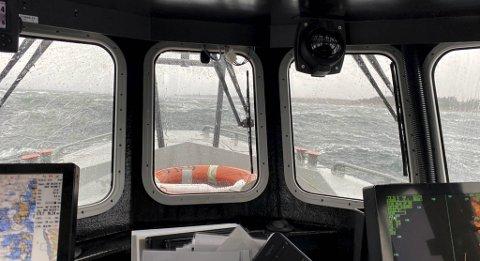 Det blåser stiv til sterk kuling i området hvor søket etter den savnede fiskeren pågår onsdag ettermiddag.