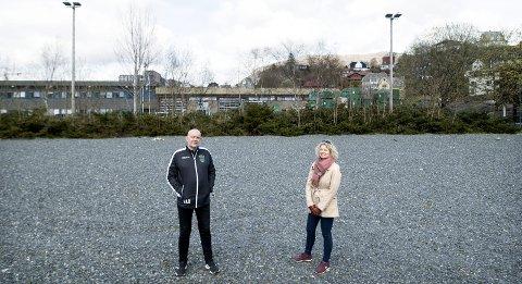 Minde IL er lei av å vente, og krever at Bergen kommune følger opp sine ord fra 2007 – Det er frustrerende å lede en klubb med et stort potensial, men så får vi ikke gjort så mye, sier daglig leder Henrik Berg. Her med styremedlem Hilde Hermansen.