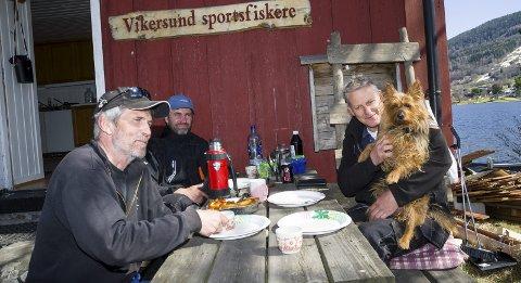 HYGGE: Det skal ikke bare jobbes, men også være trivelig da gjengen i Vikersund fiske, og selvfølgelig litt ekstra da en har brusdag. På bildet ser vi Geir Øverby (f.v.), Tomy Aspelund og Frode Larsen med Scott.