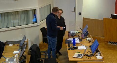 Politiadvokat Marte Sofie Kjellesvig og etterforskningsleder Trond Solvang i Øst politidistrikt diskuterer mellom vitnene i Follo tingrett denne uken.