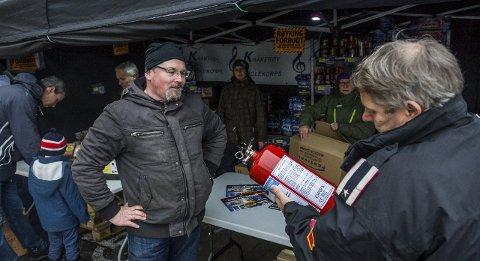 Ingen avvik: Knut Magne Pedersen får utstyret kontrollert av brannvesenets Arild Arnesen. Pedersen selger fyrverkeri for Kråkerøy skolekorps ved Fredrikstad stadion.