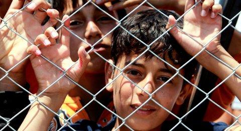 Uten foreldre: Enslige mindreårige asylsøkere er barn som kommer til Norge uten foreldre eller andre omsorgspersoner. Fredrikstad skal ta imot 40 i år, men tallet kan bli lavere fordi det kommer færre flyktninger. Bildet viser syriske flyktningebarn i 2011.