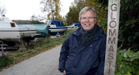 Ved starten: Prosjektleder Hans Ketil Andersen i Fredrikstad kommune forteller at den første etappen som får belysning strekker seg fra Lislebystranda og sørover mot det gamle Kiær-bruket.Foto: Svein Kristiansen