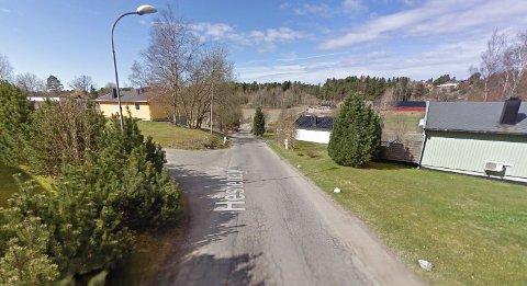 Mannen skal ha kommet gående langs denne veien rundt klokken 08.40 tirsdag 4. oktober.