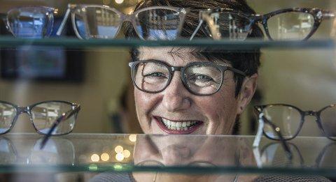 Stor stas: Lill Grande synes det er uvant med mye oppmerksomhet, men gleder seg til å reise til Oslo til kåringen av Årets butikksjef. – Det er morsomt at det kan skje i lille Fredrikstad, sier hun glad. Foto: Geir A. Carlsson