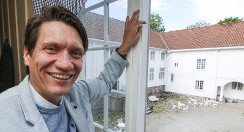 Må si nei: I fjor var det konsert i borggården. men Bjørn Halstensen tør ikke stase stort i parken på Elingaard til sommeren. Den økonomiske risikoen er for høy uten støtteordninger.