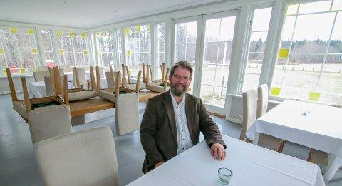 Starter snart: Sesongen er snart i gang på Hvaler Gjestgiveri. Plenen er ennå gul, og i spisesalen skal stolene ned fra bordene. Gjestgiver Øystein Elgheim ser frem til en godt pakket festmåned i juli.