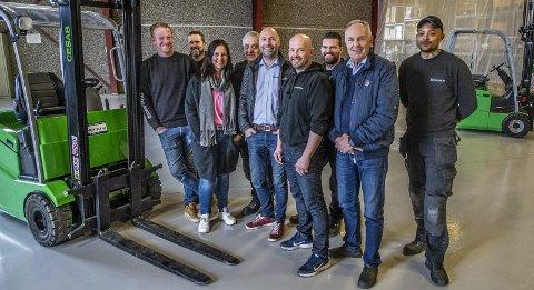 SATSER STORT: Trucktech AS gjør det knallbra, og det takker daglig leder Magnus Pettersen de ansatte for. Fra venstre: Marius Johansen, Odd Arne Andersrød, Birgitte Graff, Miroslaw Kapczyk, Magnus Pettersen, Stian Jacobsen, Thomas Hansen, Gunnar Pettersen og Linus Nevelius.