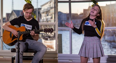 IDOL-DELTAKERE: Erik Mathias Munkli (18) fra Narvik og Inna Marja Amundsen (15) fra Liland deltok på Idol-audition i Henningsvær. Hvordan det går med dem kan du se på tv fredag kveld.