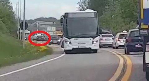 NOK EN BIL I MOT: Etter å ha studert videoen nøye dukker det opp nok en bil som kjører mot trafikken. Denne bilen skaper også uheldige situasjoner.