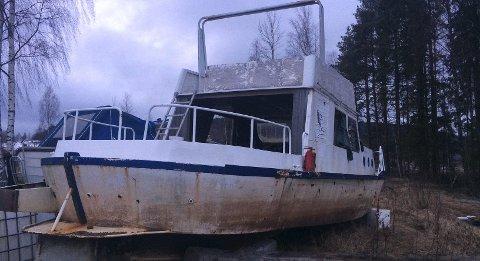 FØR: Slik så båten ut i 2014 etter å ha blitt halt opp av et toårig opphold på bunnen av Storsjøen.