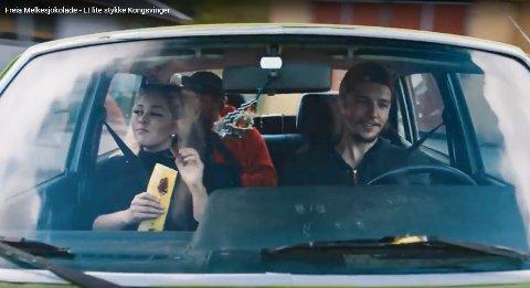 LYKKE PÅ FIRE HJUL: Hva er bedre enn en biltur i solskinn, med musikken på full guffe, Freia Melkesjokolade og gode venner? Det er budskapet i Freias reklamefilm «Et lite stykke Kongsvinger».