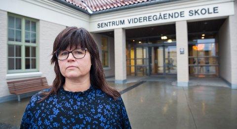 BETRYGGENDE: Etter at flere skoler i fylket hadde fått trusler syntes rektor ved Sentrum Marianne Bye at det var betryggende å ha politiet ved skolen.