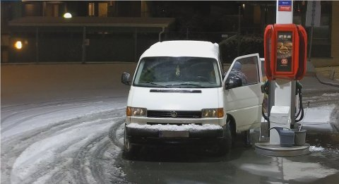 Her blir bensinstasjoneier Henning Blom frastjålet drivstoff.