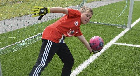 Keeper: Emil Edvardsen trives godt på keeperplassen. – Den beste følelsen er å redde en ball fra å gå i mål, sier han.