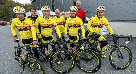 Før start: Tor Erik Seiersten (fra venstre), Sverre Berg, Arne Moksnes og Roy Larsen utenfor Kirkenes, like før startskuddet gikk for sykkelturen. Foto: Yngve Grønvik, Sør-Varanger Avis